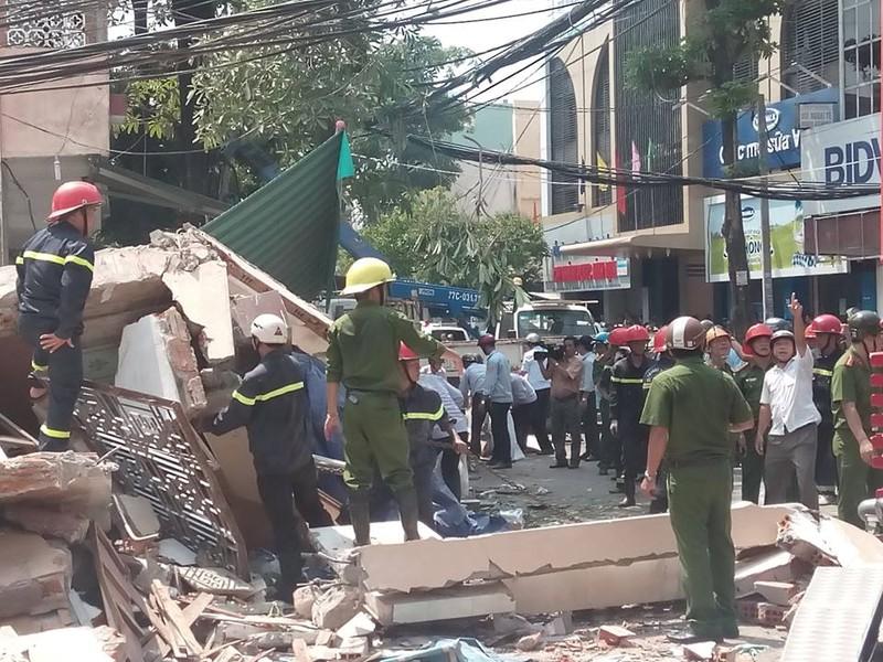 Nhà 3 tầng bất ngờ đổ sập, nghi nhiều người bị vùi lấp - ảnh 2