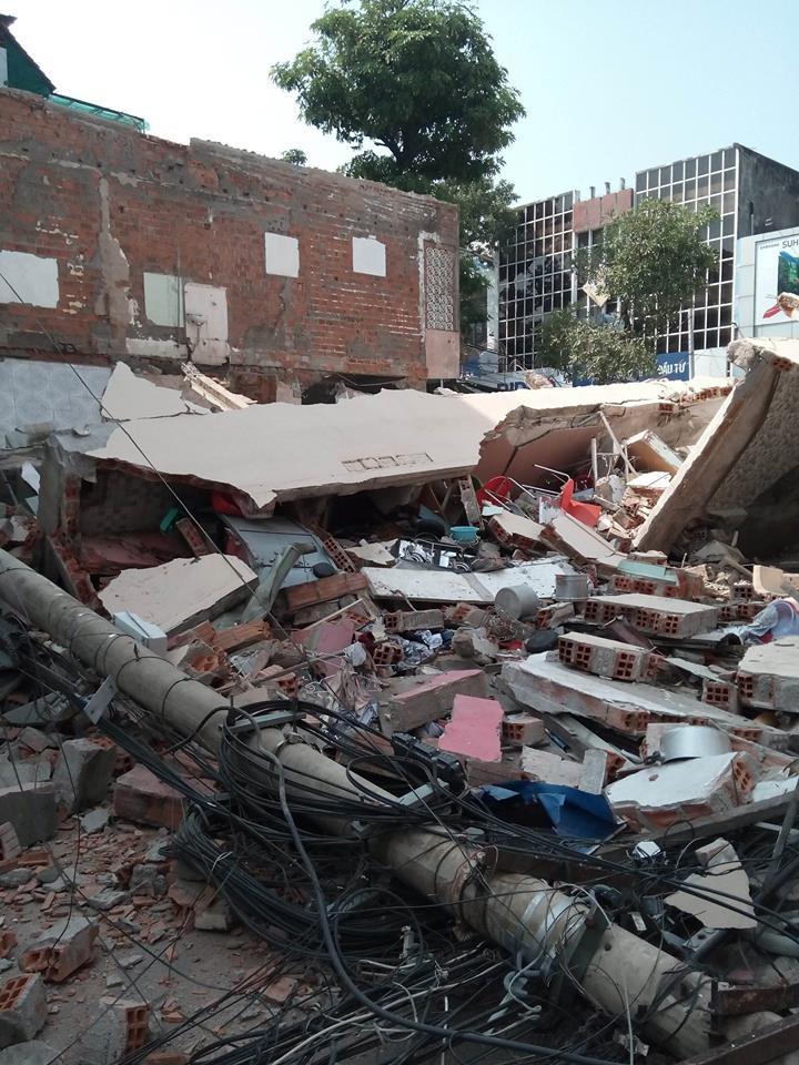 Nhà 3 tầng bất ngờ đổ sập, nghi nhiều người bị vùi lấp - ảnh 4