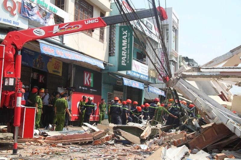 Nhà 3 tầng bất ngờ đổ sập, nghi nhiều người bị vùi lấp - ảnh 5