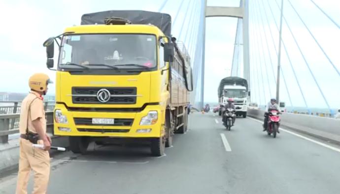 Tài xế dừng xe giữa cầu Mỹ Thuận nhảy sông tự tử - ảnh 1