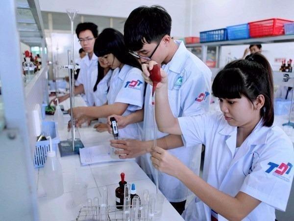Học sinh đang thực hành  trong phòng thí nghiệm