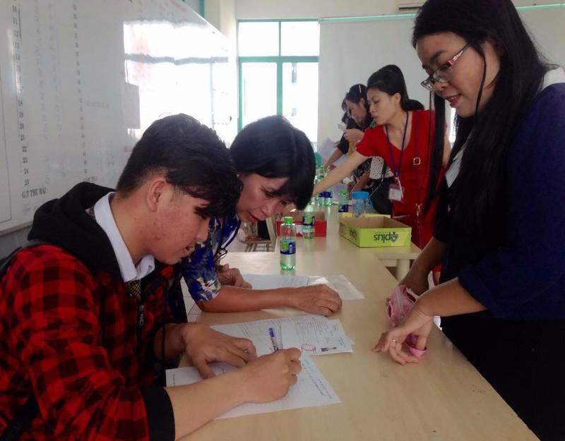 hí sinh đang được hướng dẫn trong ngày đầu tiên dự thi THPT quốc gia năm 2016.