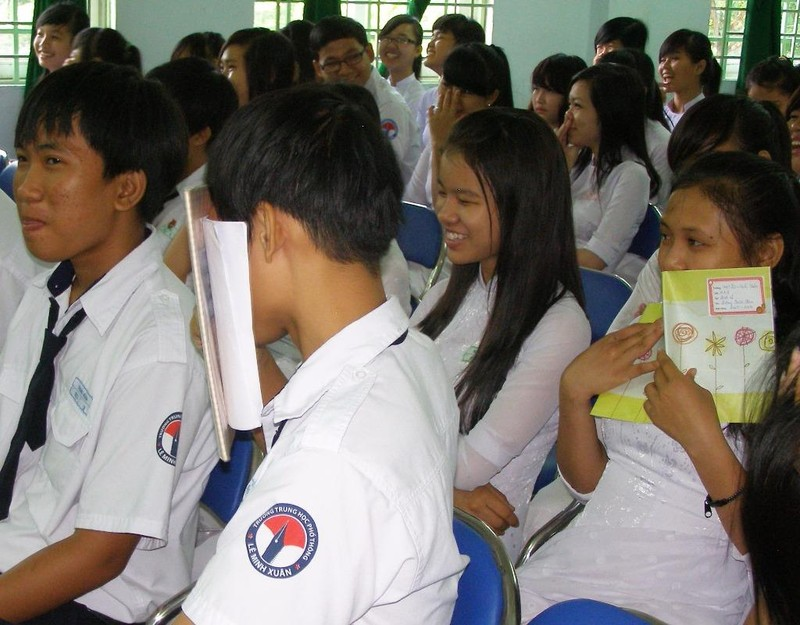 Học sinh THPT ở TP.HCM đang nghe hướng dẫn kiến thức chăm sóc sức khỏe sinh sản.