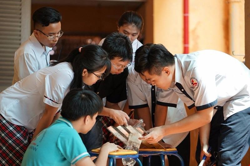 Các HS trường THPT Tenlơman nghiên cứu lắp ráp mạch điện cho dự án Ánh sáng hạnh phúc đem ánh sáng cho những gia đình khó khăn.