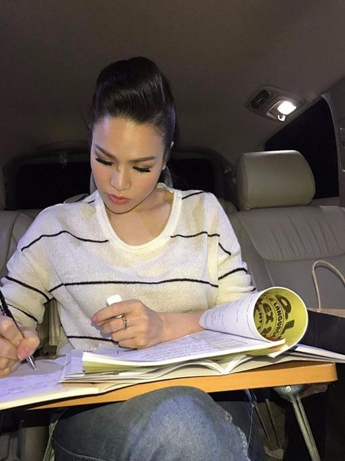 hi chưa xảy ra vụ tai nạn, có lúc cô còn kê cả bàn xếp, ngồi học bài trên xe