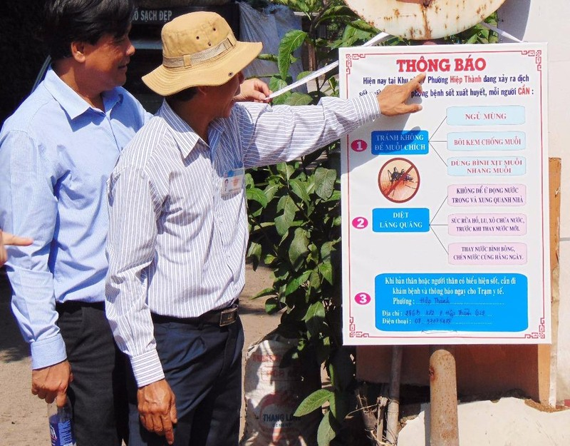 UBND phường Hiệp Thành (quận 12) dựng bảng cảnh báo sau khi bệnh nhân NTNT tử vong do SXH.