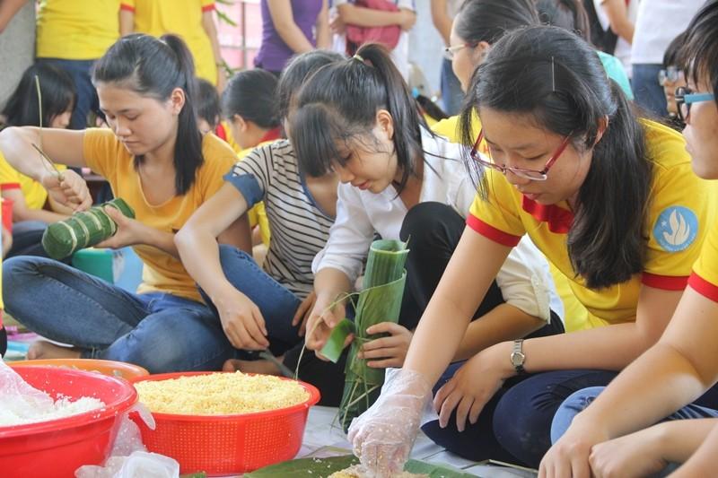 Học sinh sinh viên góp sức giúp người nghèo đón tết - ảnh 6
