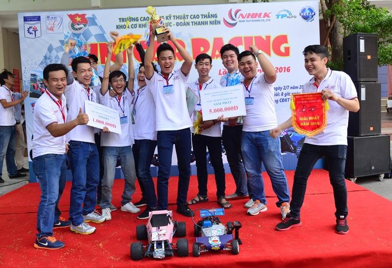 'Kịch tính' cuộc đua ô tô mô hình tự chế của sinh viên - ảnh 10