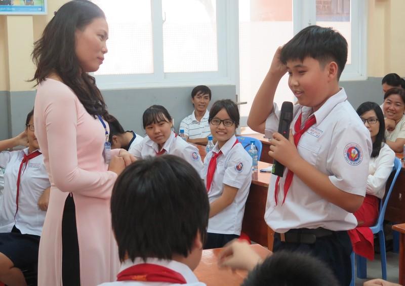 Phụ huynh bất ngờ bị học sinh phỏng vấn trong giờ học - ảnh 3