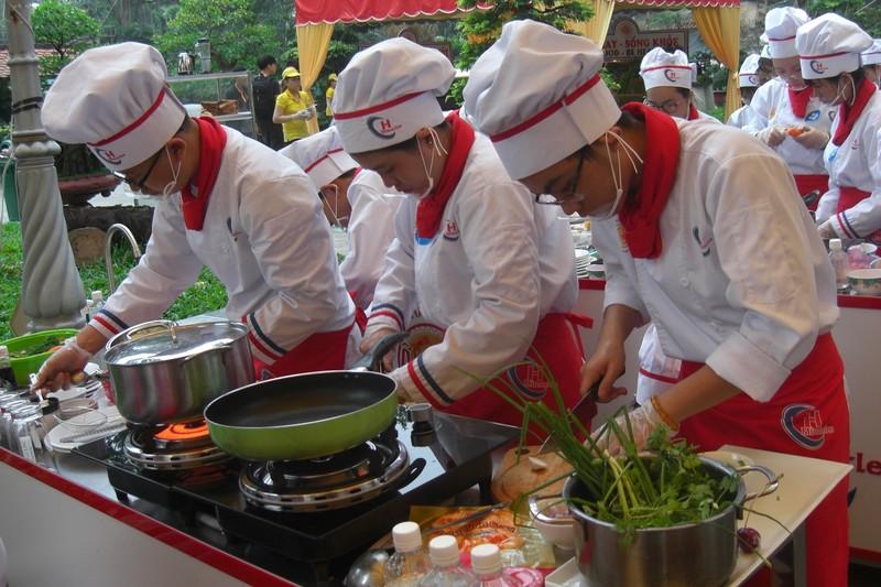 Học sinh trổ tài nấu ăn tại chung kết 'đầu bếp trẻ' - ảnh 1