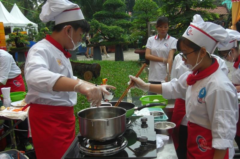 Học sinh trổ tài nấu ăn tại chung kết 'đầu bếp trẻ' - ảnh 2