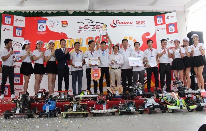 rao giải thưởng cho các đội chiến thắng tại cuộc thi