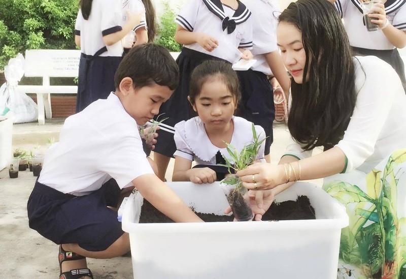Trẻ tiểu học 'thay áo' cho rác thải tái chế - ảnh 6