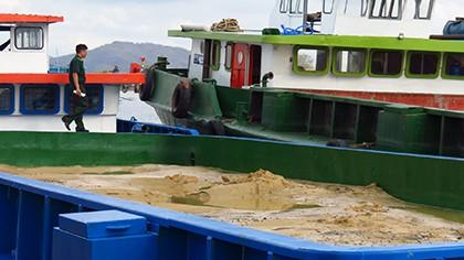 Bắt 16 xà lan, ghe bầu khai thác cát trộm trên sông Mỏ Nhác - ảnh 1