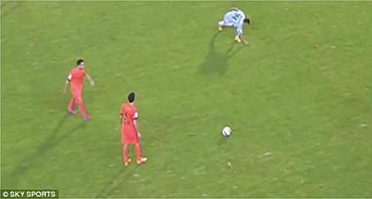 Cầu thủ ném… cỏ vào mặt sao Barcelona bị cấm thi đấu 1 trận - ảnh 1