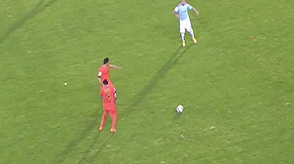 Cầu thủ ném… cỏ vào mặt sao Barcelona bị cấm thi đấu 1 trận - ảnh 2