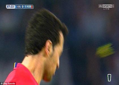 Cầu thủ ném… cỏ vào mặt sao Barcelona bị cấm thi đấu 1 trận - ảnh 3