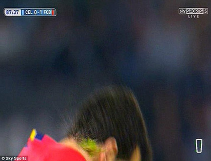 Cầu thủ ném… cỏ vào mặt sao Barcelona bị cấm thi đấu 1 trận - ảnh 4