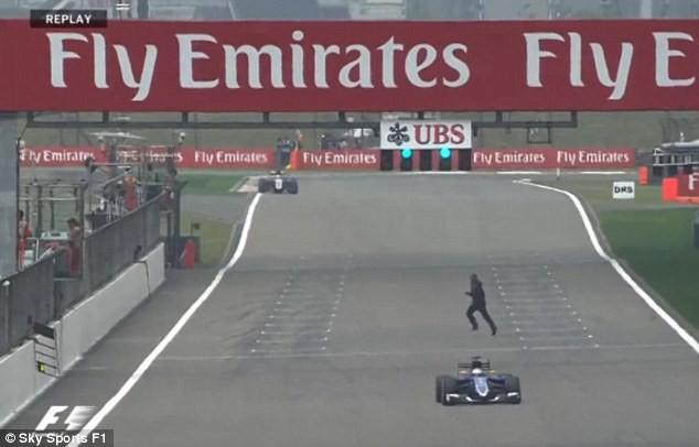 Bất chấp nguy hiểm, người đàn ông chạy cắt ngang đường đua F1 - ảnh 1