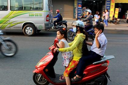 Ngày đầu tiên xử phạt việc đội mũ bảo hiểm với trẻ trên 6 tuổi - ảnh 1