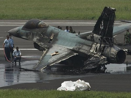 F-16 Mỹ tài trợ cho Indonesia bốc cháy đen khi cất cánh - ảnh 1