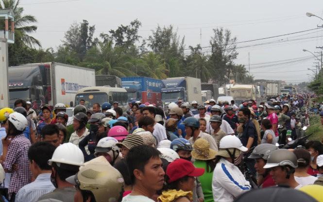 Hàng trăm người dân ra quốc lộ 1A chặn xe - ảnh 2