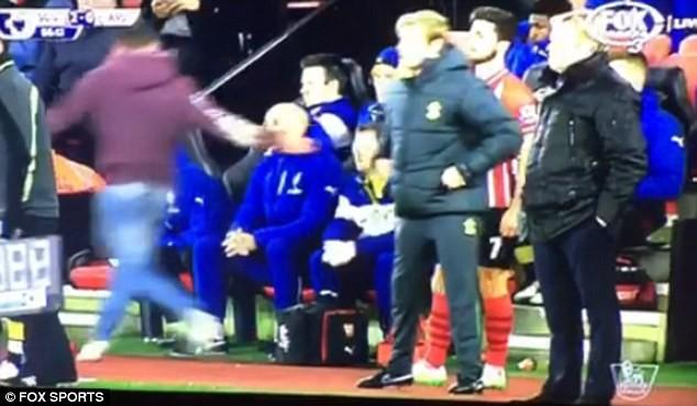 Fan Arsenal trả giá đắt vì cố đánh… Wenger - ảnh 1