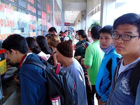 Người dân đổ ra các bến xe tìm mua vé về quê nghỉ lễ - ảnh 1