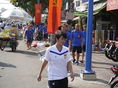 Tuyển nữ Lào uống nước dừa, tung tăng giữa phố Sài Gòn - ảnh 3