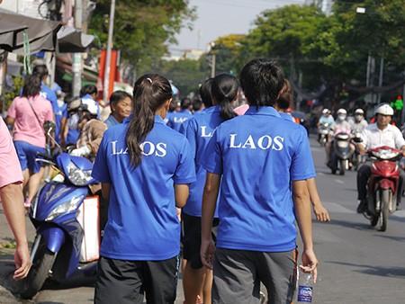 Tuyển nữ Lào uống nước dừa, tung tăng giữa phố Sài Gòn - ảnh 4