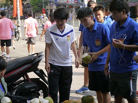 Tuyển nữ Lào uống nước dừa, tung tăng giữa phố Sài Gòn - ảnh 5