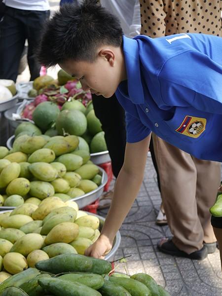Tuyển nữ Lào uống nước dừa, tung tăng giữa phố Sài Gòn - ảnh 6