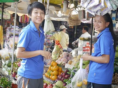 Tuyển nữ Lào uống nước dừa, tung tăng giữa phố Sài Gòn - ảnh 7