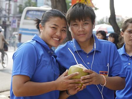 Tuyển nữ Lào uống nước dừa, tung tăng giữa phố Sài Gòn - ảnh 8