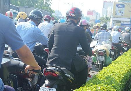 Người Sài Gòn toát mồ hôi đến chỗ làm sau kỳ nghỉ lễ - ảnh 2