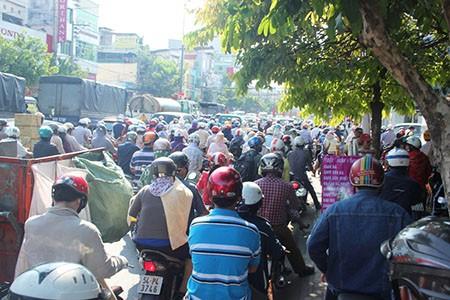 Người Sài Gòn toát mồ hôi đến chỗ làm sau kỳ nghỉ lễ - ảnh 12