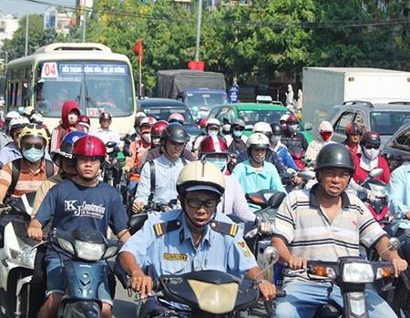 Người Sài Gòn toát mồ hôi đến chỗ làm sau kỳ nghỉ lễ - ảnh 13