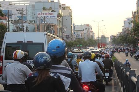 Giao thông Sài Gòn tắc nghẽn vào giờ tan sở sau dịp nghỉ lễ - ảnh 1