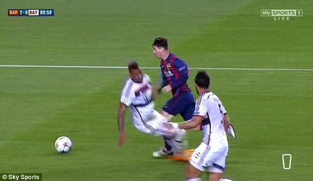 Ảnh chế hài hước pha qua người của Messi khiến Boateng trượt ngã - ảnh 1