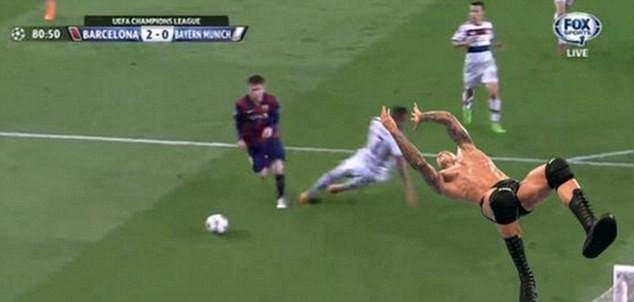 Ảnh chế hài hước pha qua người của Messi khiến Boateng trượt ngã - ảnh 4