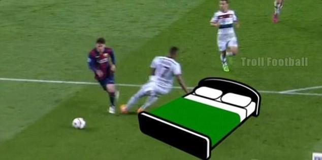 Ảnh chế hài hước pha qua người của Messi khiến Boateng trượt ngã - ảnh 5