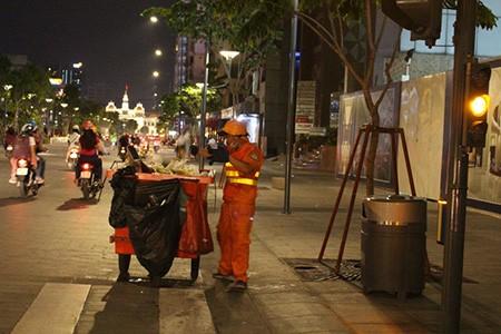 Vứt rác bừa bãi tại phố đi bộ Nguyễn Huệ - ảnh 3