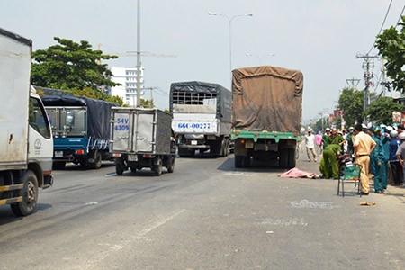 Cô gái trẻ chết thảm dưới bánh xe tải - ảnh 1