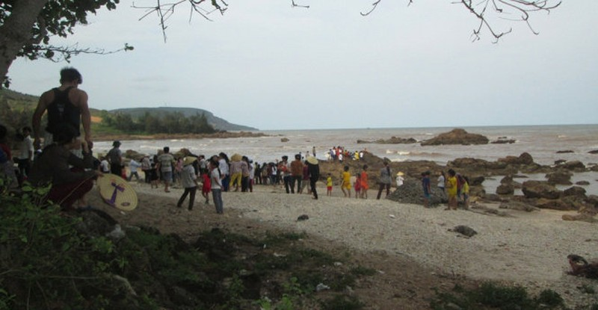 Rủ nhau tắm biển, 3 học trò tiểu học chết đuối - ảnh 1