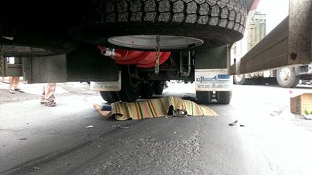 2 nữ sinh bị xe container cán thương vong - ảnh 2