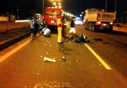 Chạy ngược chiều trong làn xe ô tô, hai thiếu nữ bị tông chết - ảnh 1