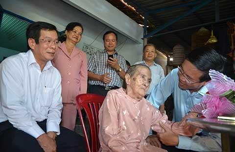 Lãnh đạo TP.HCM thăm và tặng quà các cụ cao tuổi - ảnh 1