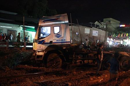 Tàu hỏa 'đấu đầu' xe container, giao thông đường sắt tê liệt 3 giờ đồng hồ - ảnh 1