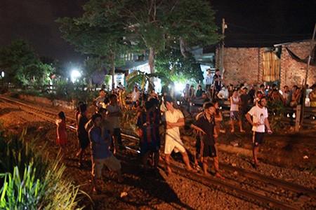 Tàu hỏa 'đấu đầu' xe container, giao thông đường sắt tê liệt 3 giờ đồng hồ - ảnh 2