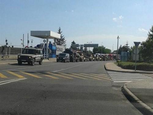 Đoàn xe quân sự bí mật xuất hiện trên biên giới Hungary-Ukraine - ảnh 1
